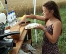 Dahlia serverar Ann Roséns bovetebröd